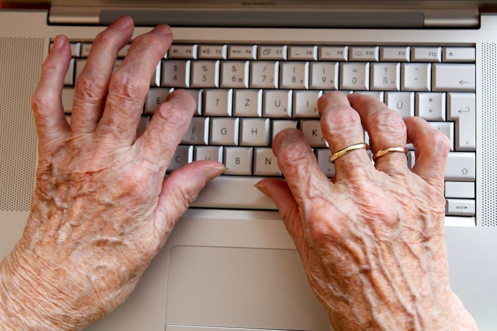Seniorenhände auf einer Tastatur © Peter Maszlen, stock.adobe.com