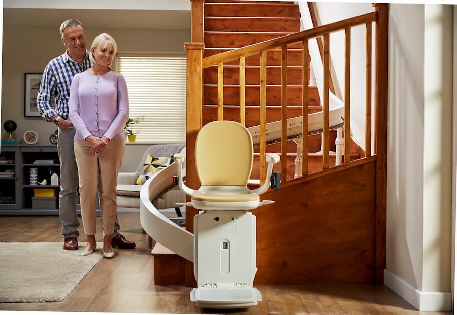 Treppenlift für kurvige Treppe mit Sicherheitsgurt © Acorn Treppenlifte