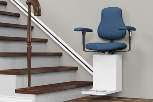 Sitzlift als Treppenlift an einer Treppe im Haus © fotolia.com