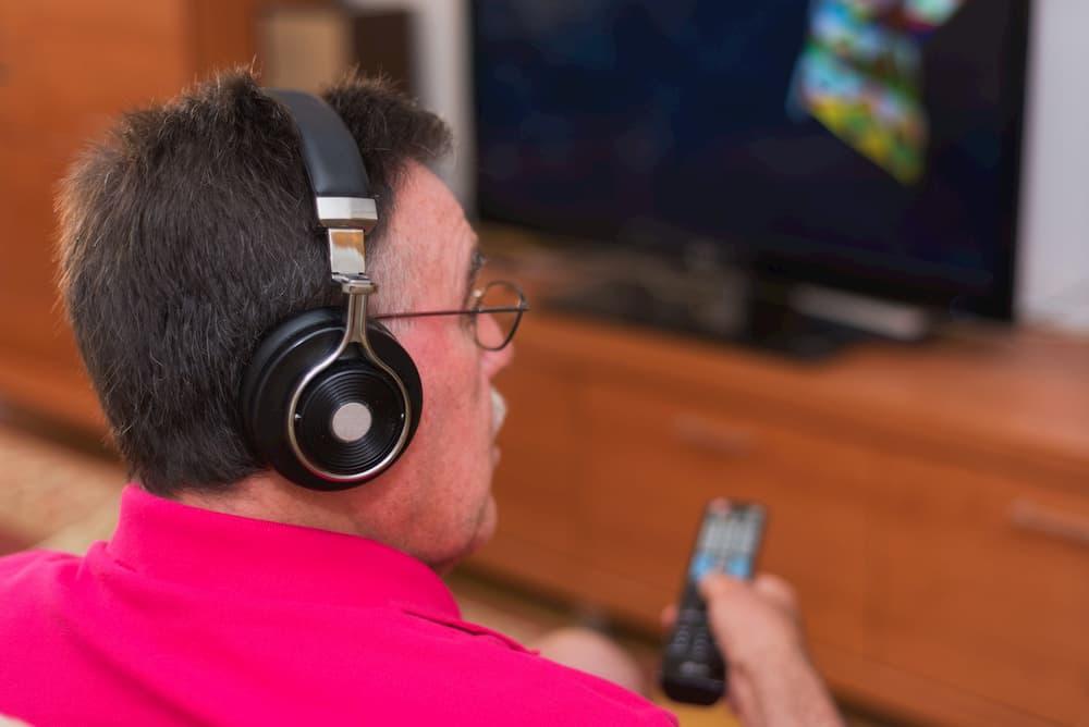 Mit Kopfhörer den Fernsehton besser verstehen © herraez, stock.adobe.com