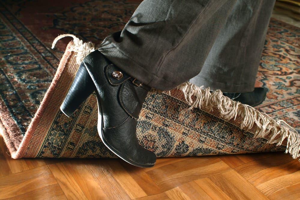 Sturz über die Teppichkante vermeiden © Luigi Bertello, stock.adobe.com