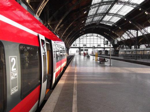 Moderner Zug im Bahnhof © pure-life-pictures, fotolia.com